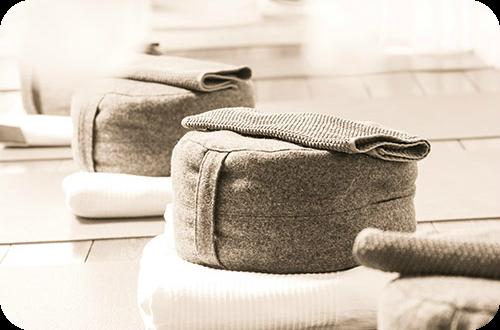 Bild: Meditationskissen, Massagegruppe. Kalifornische Massage und Gestalt-Körperarbeit: Massageausbildung, Massagekurse, Massageschule und Massagepraxis in Bonn. Eine Verbindung von Massage, Gestalttherapie und Körperarbeit (Elemente aus Esalen-Massage, Atemarbeit, Tiefenbindegewebsmassage, Yoga, Stressreduktion, Meditation, Craniosacral-Therapie, Bewegung und Tanz-Therapie). Bildungsurlaub zum Thema: Entspannung, Stressabbau, Resilienz, Achtsamkeit, Körperwahrnehmung und Burnout-Vorbeugung.