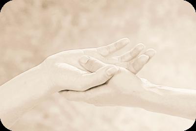 Massageausbildung, Massagekurse, Massageschule und Massagepraxis in Bonn (Leitung: Katja Rimpler-Täufer & Frank Täufer). Kalifornische Massage und Gestalt-Körperarbeit in Bonn. Eine Verbindung von Massage, Gestalttherapie und Körperarbeit (Elemente aus Esalen-Massage, Atemarbeit, Tiefenbindegewebsmassage, Yoga, Stressreduktion, Meditation, Craniosacral-Therapie, Bewegung und Tanz-Therapie). Bildungsurlaub zum Thema: Entspannung, Stressabbau, Resilienz, Achtsamkeit, Körperwahrnehmung und Burnout-Vorbeugung. Bild: Hände im Kontakt