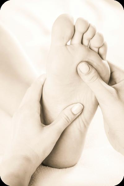 Bild: Fußmassage. Kalifornische Massage und Gestalt-Körperarbeit: Massageausbildung, Massagekurse, Massageschule und Massagepraxis in Bonn. Eine Verbindung von Massage, Gestalttherapie und Körperarbeit (Elemente aus Esalen-Massage, Atemarbeit, Tiefenbindegewebsmassage, Yoga, Stressreduktion, Meditation, Craniosacral-Therapie, Bewegung und Tanz-Therapie). Bildungsurlaub zum Thema: Entspannung, Stressabbau, Resilienz, Achtsamkeit, Körperwahrnehmung und Burnout-Prophylaxe.