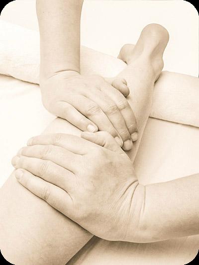 Bild: Beinmassage, Long-Stroke. Kalifornische Massage und Gestalt-Körperarbeit: Massageausbildung, Massagekurse, Massageschule und Massagepraxis in Bonn. Eine Verbindung von Massage, Gestalttherapie und Körperarbeit (Elemente aus Esalen-Massage, Atemarbeit, Tiefenbindegewebsmassage, Yoga, Stressreduktion, Meditation, Craniosacral-Therapie, Bewegung und Tanz-Therapie). Bildungsurlaub zum Thema: Entspannung, Stressabbau, Resilienz, Achtsamkeit, Körperwahrnehmung und Burnout-Vorbeugung.