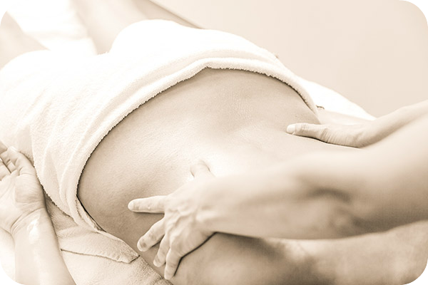 Bild: Rückenmassage. Kalifornische Massage und Gestalt-Körperarbeit: Massageausbildung, Massagekurse, Massageschule und Massagepraxis in Bonn. Eine Verbindung von Massage, Gestalttherapie und Körperarbeit (Elemente aus Esalen-Massage, Atemarbeit, Tiefenbindegewebsmassage, Yoga, Stressreduktion, Meditation, Craniosacral-Therapie, Bewegung und Tanz-Therapie). Bildungsurlaub zum Thema: Entspannung, Stressabbau, Resilienz, Achtsamkeit, Körperwahrnehmung und Burnout-Vorbeugung.